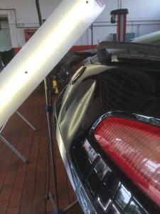 Dellen entfernen Alfa 147 vorher Großflächige Delle an der Heckklappe instandgesetzt mit Drück und Zugtechnik kombiniert.
